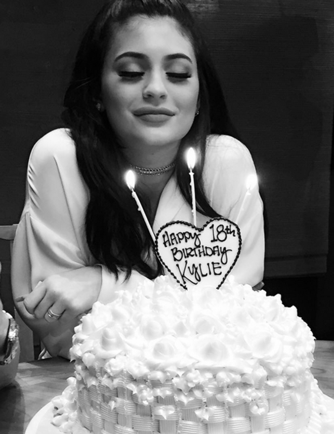 Kylie Jenner sopla sus 18 años como una gran Kardashian