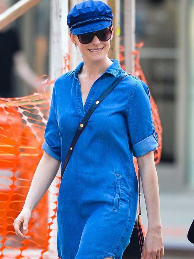 Anne Hathaway, una actriz que se atreve con los vestidos denim