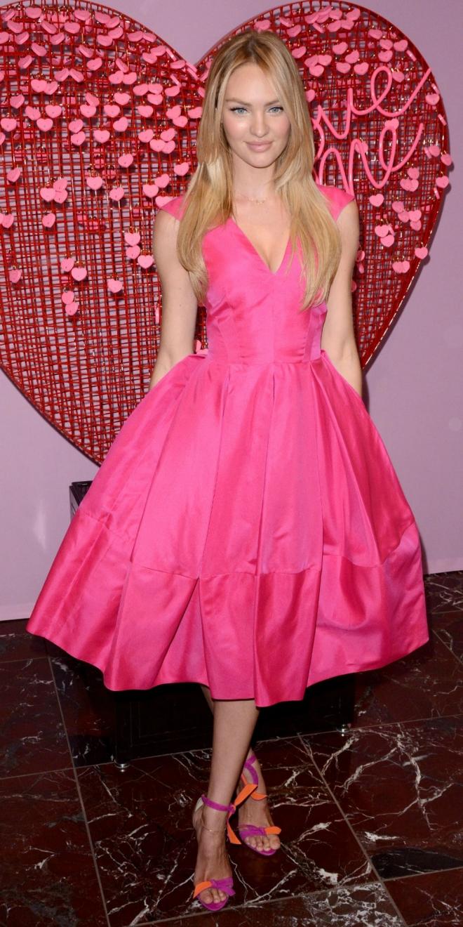 Candice Swanepoel, espectacular en rosa