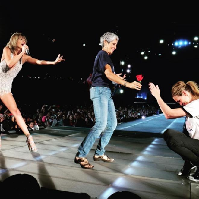 Julia Roberts a los pies de Taylor Swift