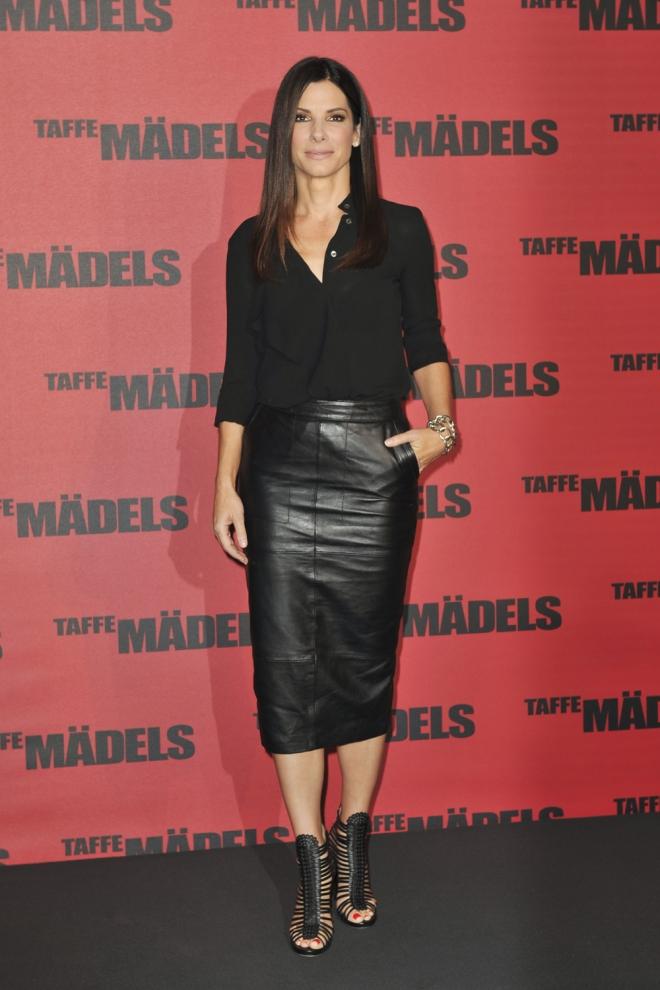 Sandra Bullock triunfa con faldas de cuero