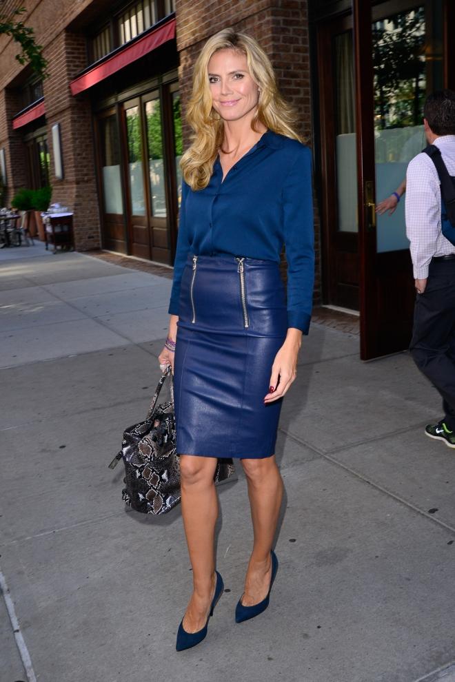 Heidi Klum, radiante con falda de cuero