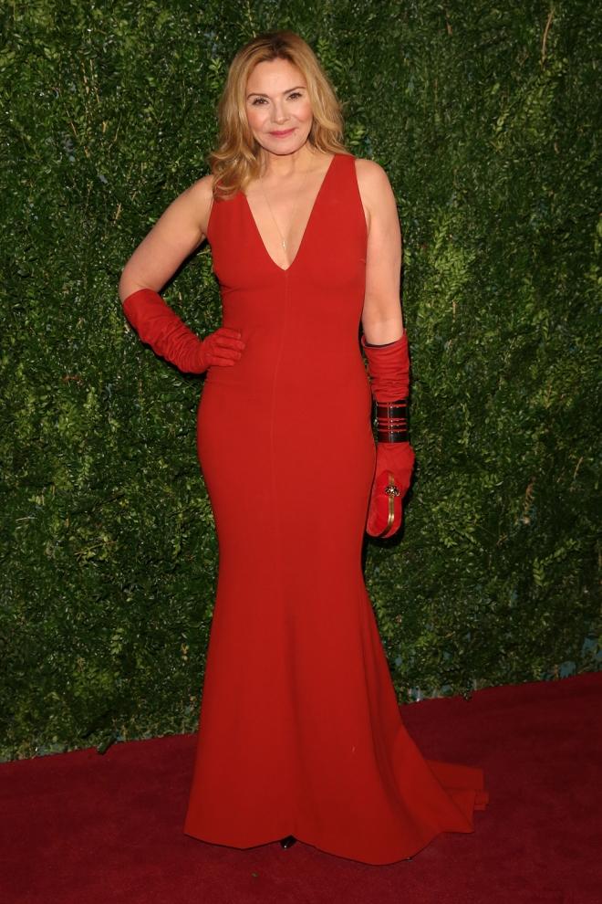 Kim Cattral, muy sexy de rojo
