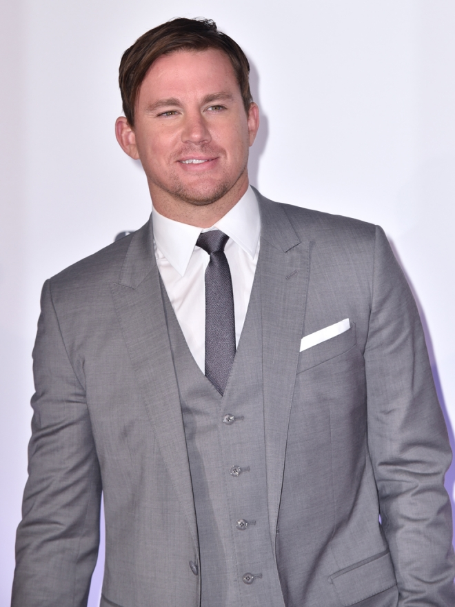 El actor Channing Tatum, muy guapo de gris