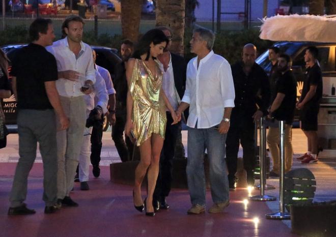 El vestido dorado de Amal Clooney acaparó las miradas en Ibiza