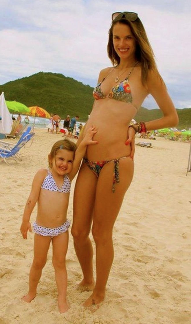 Famosas embarazadas en biquini: Alessandra Ambrosio