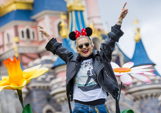 Rita Ora, feliz en Disneyland