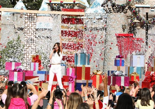 Selena Gomez actuando en Disneyland