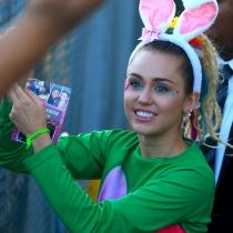 Miley Cyrus es bisexual, y ahora sale con una guapa modelo