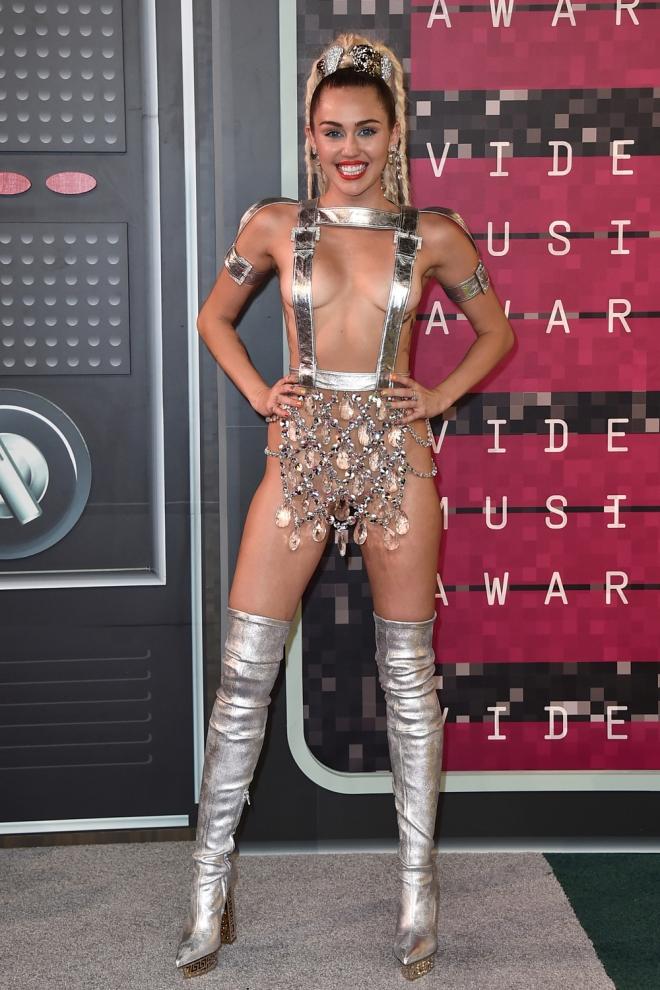 Miley Cyrus, semidesnuda en los VMAs 2015