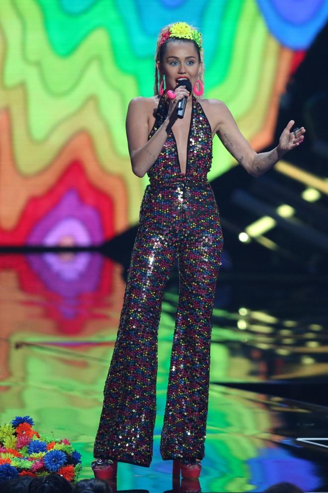 VMAs 2015: Miley Cyrus, escote de vértigo