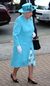Isabel II, con un vestido azul