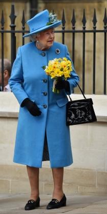 Isabel II apuesta por el azul