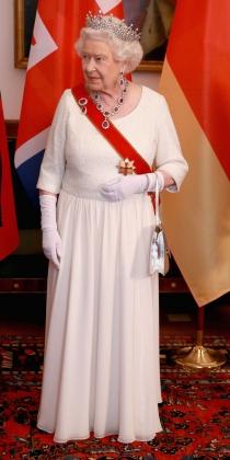 Un vestido blanco para Isabel II