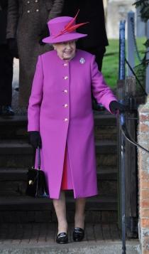 Isabel II, con un vestido buganvilla