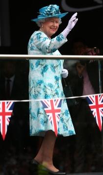 Isabel II, una reina con vestidos estampados