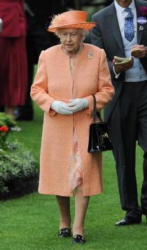 Look de Isabel II: una apuesta naranja