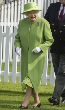 Isabel II, con un look en verde