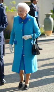 Otro look en azul para la reina Isabel II