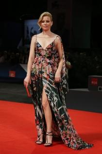 Festival de Cine de Venecia 2015: Elizabeth Banks, flores para triunfar