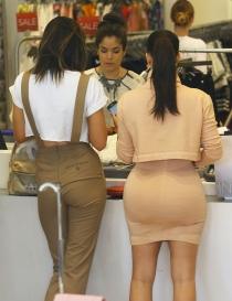 El culo de Kim Kardashian tiene vida propia en comparación con el de Kylie Jenner