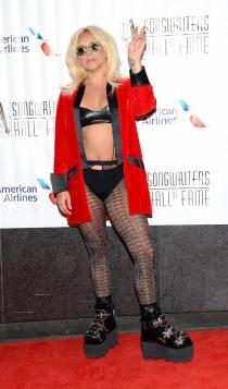 Lady Gaga, saludando al personal en un photocall