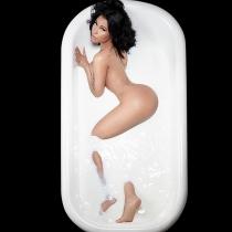 Nicki Minaj desnuda: el culo que desafía a la bañera