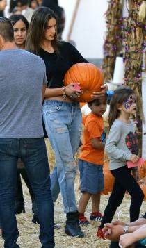 Halloween Pumpkin: Alessandra Ambrosio, consigue la gran calabaza
