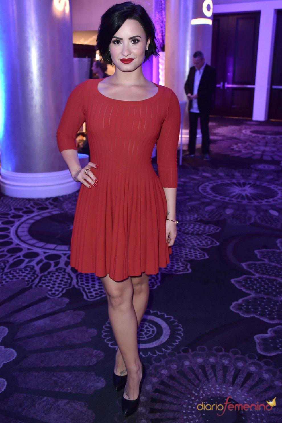 Vestidos para la cena de empresa: el rojo de Demi Lovato