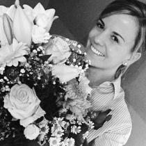 Susie Wolff, posando con unas flores de agradecimiento