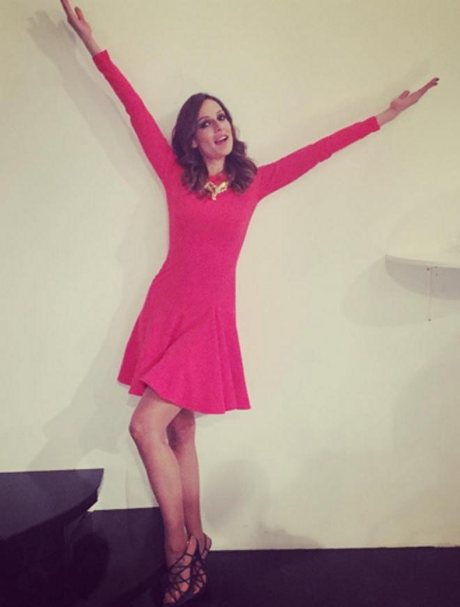 Eva González, favorecida con un vestido lady