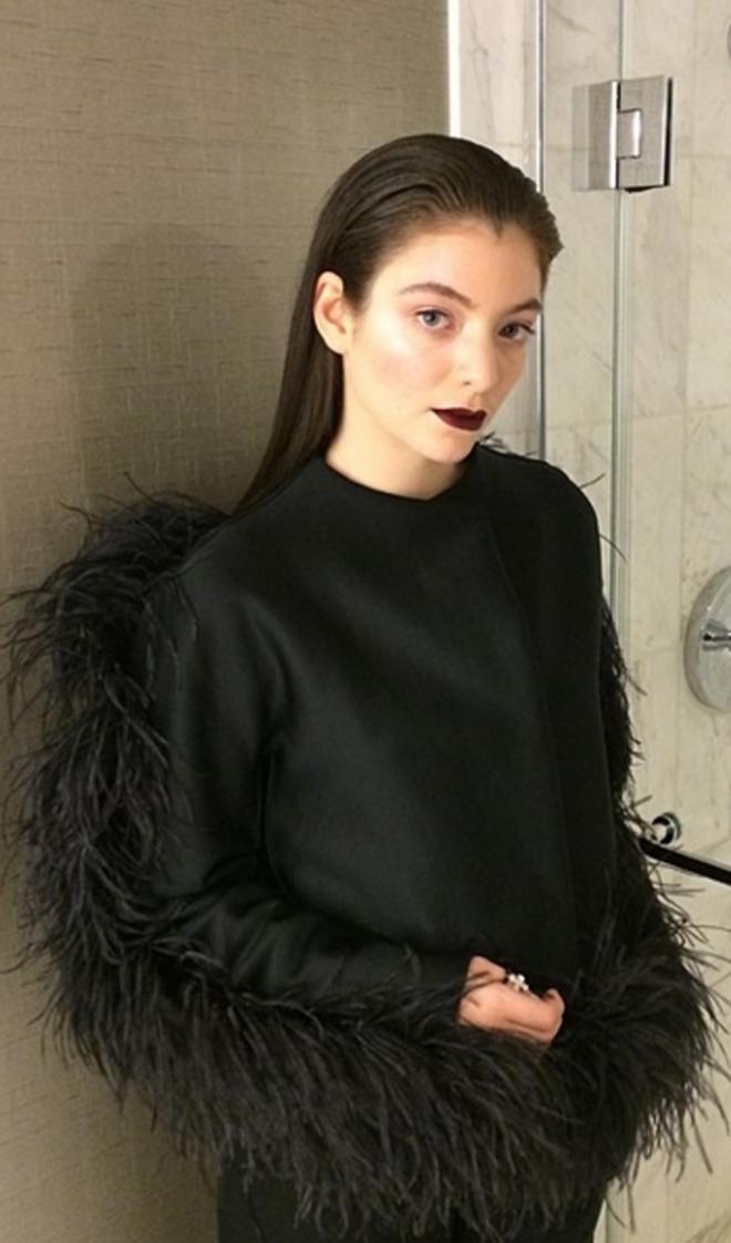 Lorde, a tope de plumas