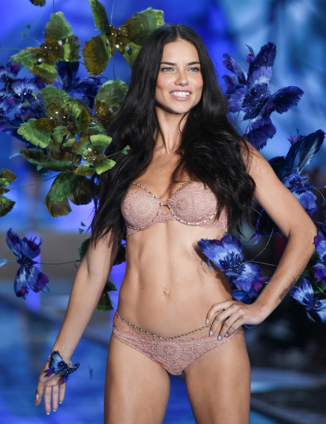 VS Fashion Show: Adriana Lima, la sensualidad brasileña