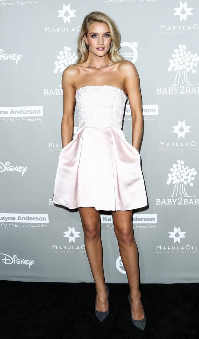 Baby2Baby: Rosie Huntington-Whiteley, princesa de rosa