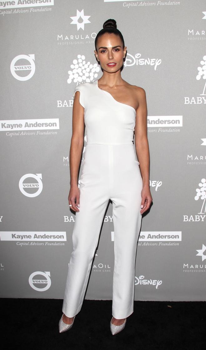 Baby2Baby: el jumpsuit blanco de Jordana Brewster