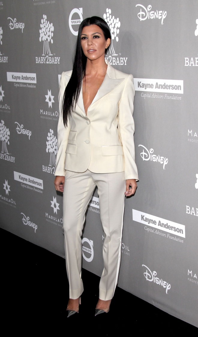Baby2Baby: el traje de chaqueta de Kourtney Kardashian