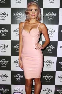 Pixie Lott, sexy de rosa