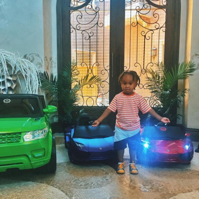 Tyga quiere ser como Kanye West: le compra regalos caros a su hijo