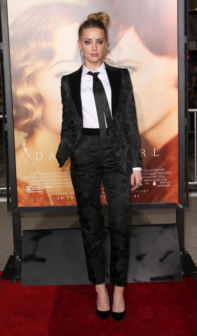 Famosas con esmoquin: Amber Heard, esmoquin de flores