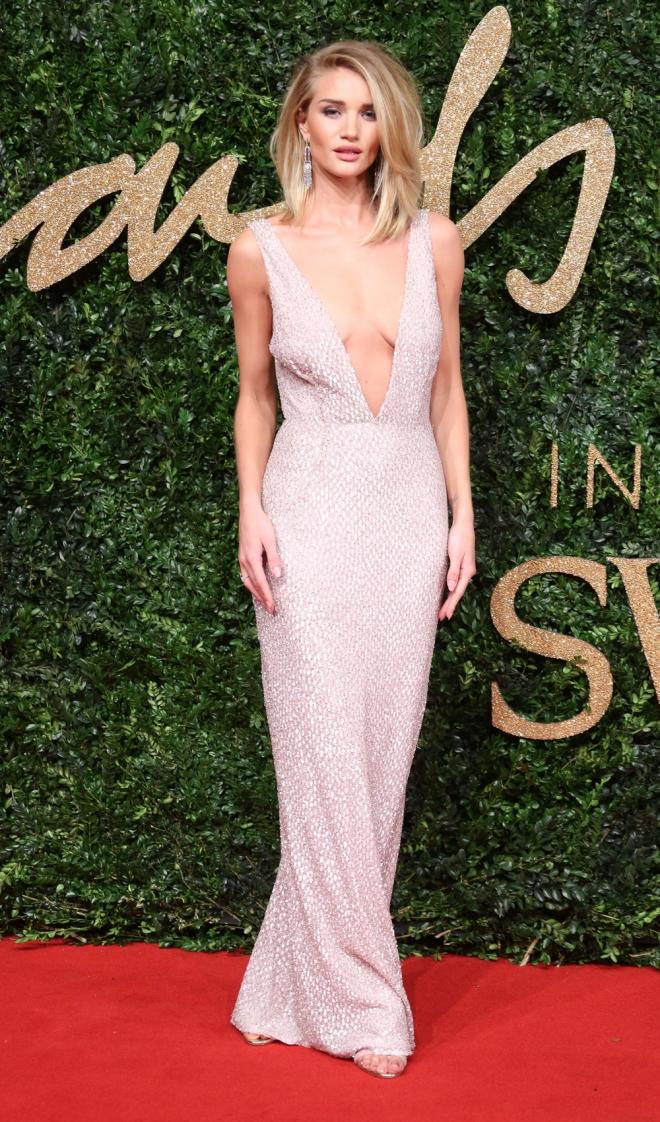 British Fashion Awards 2015: Rosie Huntington Whiteley, escote de vértigo