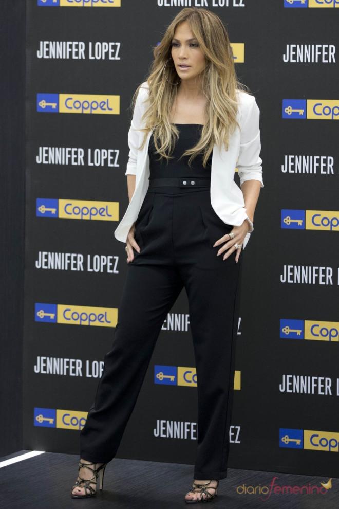 Jennifer Lopez es la dueña del universo porque nadie posa como ella