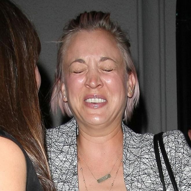 Kaley Cuoco, 'muerta' de la risa con sus amigos