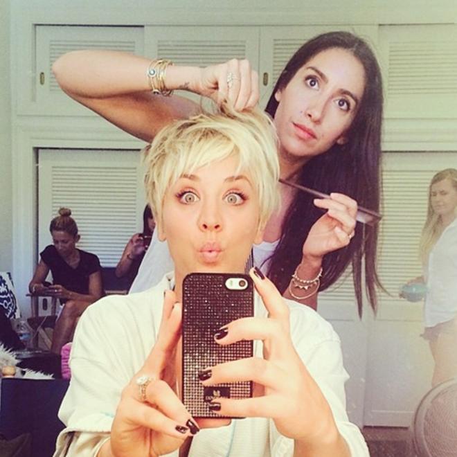 Kaley Cuoco, divertida con sus caras graciosas en la peluquería