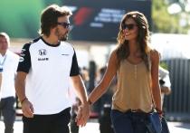 Fernando Alonso y Lara Álvarez, siempre de la mano