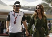 Fernando Alonso y Lara Álvarez en la pista