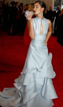 Vestidos Carolina Herrera: Lily Aldridge apuesta por el azul