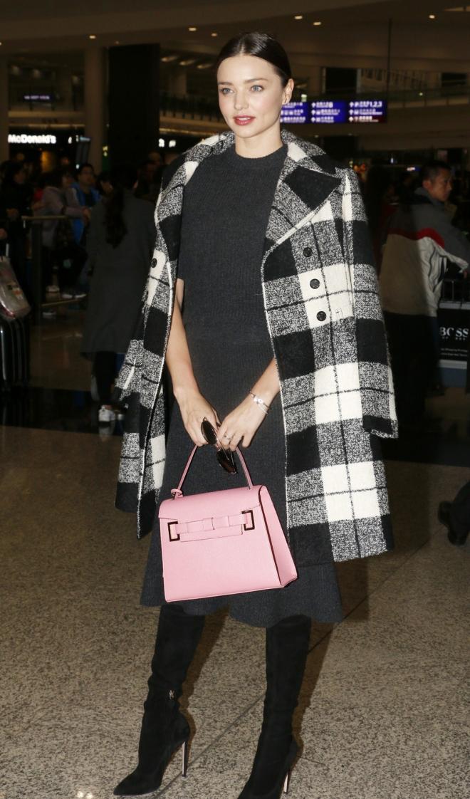 Abrigos sobre los hombros: Miranda Kerr, muy trendy