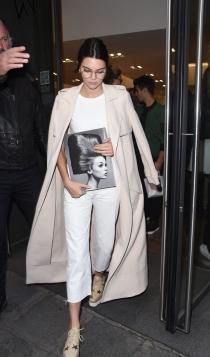 Abrigos sobre los hombros: una tendencia para Kendall Jenner