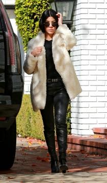 El abrigo de piel de Kourtney Kardashian va con todo