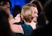 Kate Winslet, la primera en abrazar a DiCaprio por sus éxitos